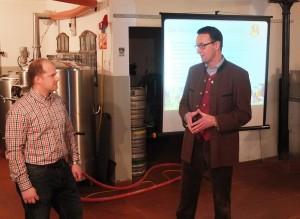 Braumeister Max Sedlmeier (links) und Hauptgeschäftsführer des Verbands PrivaterBrauereien Bayern, Dr. Werner Gloßner, bei der Vorstellung des Bierkalenders