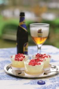 Granatapfel-Stammwürzeparfait mit Hopfenschokoladen-Sauce © Bischof/BLV Buchverlag