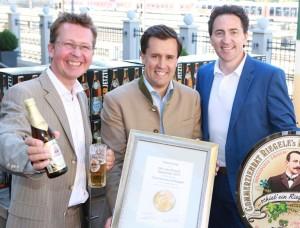 Verleihung Bier des Monats - Matthias Kliemt - Sebasitan Priller-Riegele  Frank Winkel 5-9-2013-II
